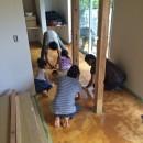 鎌倉の家〜祖父母の家を引き継ぐ木造戸建てリノベーション〜の写真 みんなで広縁の磨き土間床仕上げ