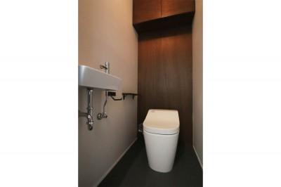 トイレ (インダストリアル×ナチュラルの調和がとれた広々空間へ)