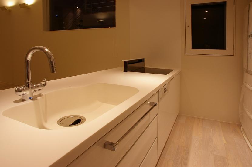 I邸 / 断面操作でスキマをつくり広がりと光を得るの写真 キッチン