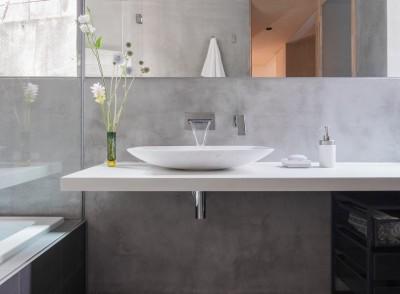 浴室とつながるシンプルな洗面室 (AREA PARK STUDIO)