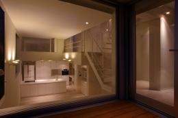 I邸 / 断面操作でスキマをつくり広がりと光を得る (リビングダイニングキッチン、テラス)