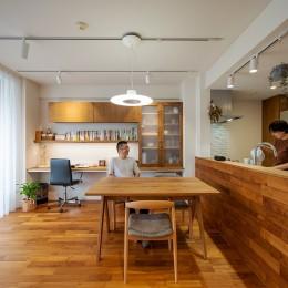 無垢材と漆喰で造る心地よい住まい。 (書斎で仕事をしていても、ついダイニングで話し込んでしまう。程よい距離感のLDK)