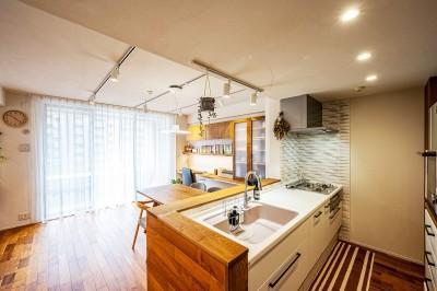 ペニンシュラスタイルの開かれたキッチン (無垢材と漆喰で造る心地よい住まい。)