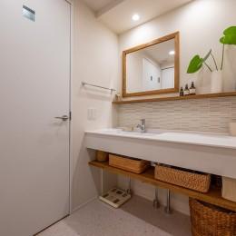 無垢材と漆喰で造る心地よい住まい。 (リゾートホテルのようにシンプルでナチュラルな洗面室)