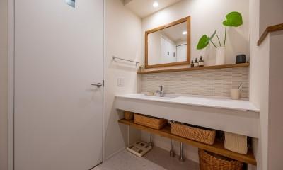 リゾートホテルのようにシンプルでナチュラルな洗面室|無垢材と漆喰で造る心地よい住まい。