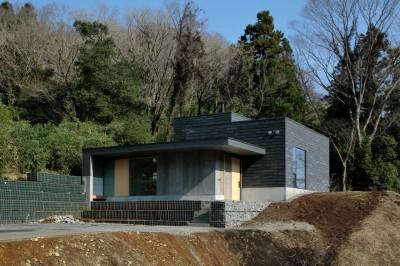 背景に国立公園のみえる外観 (高尾山口の家)
