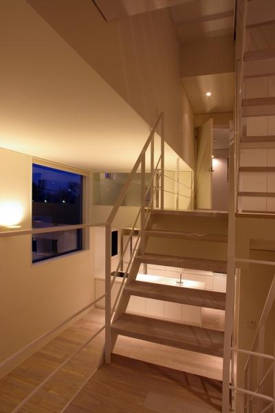 階段、吹き抜け (I邸 / 断面操作でスキマをつくり広がりと光を得る)