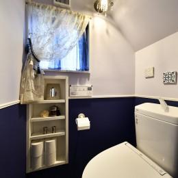 ヨーロピアンクラシカルな住まい (かわいい小部屋のようなトイレ)