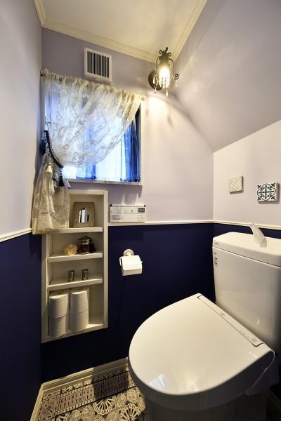 かわいい小部屋のようなトイレ (ヨーロピアンクラシカルな住まい)