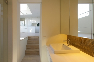洗面所 (I邸 / 断面操作でスキマをつくり広がりと光を得る)