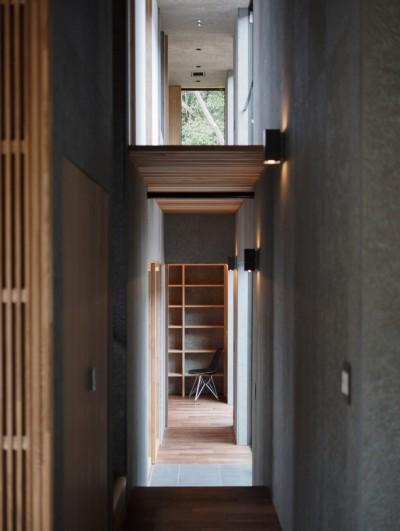 高尾山口の家 (吹抜けになっている廊下)
