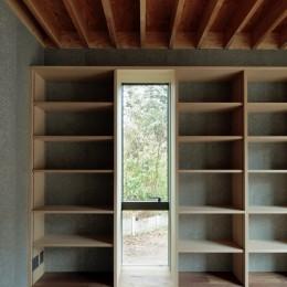 高尾山口の家 (天井いっぱいの本棚がある書斎)