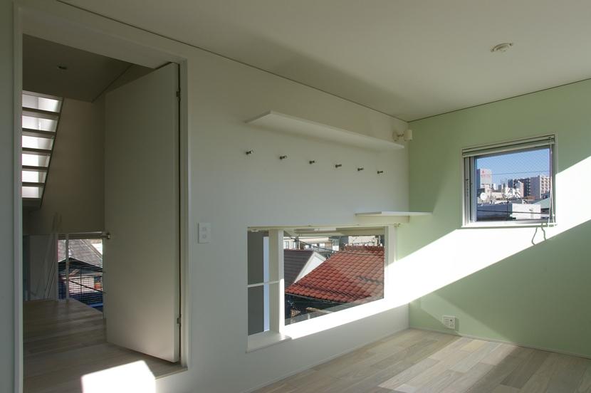 I邸 / 断面操作でスキマをつくり広がりと光を得るの写真 子供部屋