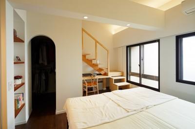 ロフト階段がある寝室 (国立の改装)