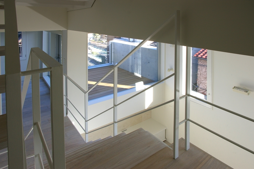 I邸 / 断面操作でスキマをつくり広がりと光を得る (階段、吹き抜け、テラス)