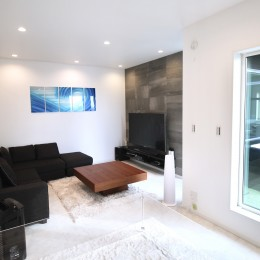 真っ黒な外観とは対照的な真っ白の内観の新築住宅【BLACK BOX HOUSE】
