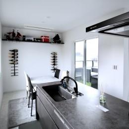 真っ黒な外観とは対照的な真っ白の内観の新築住宅【BLACK BOX HOUSE】 (ダイニングキッチン)