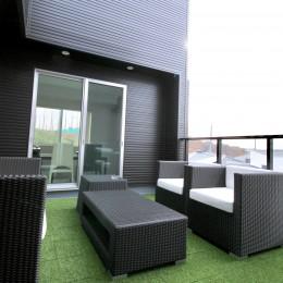 真っ黒な外観とは対照的な真っ白の内観の新築住宅【BLACK BOX HOUSE】 (バルコニー)