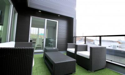 バルコニー|真っ黒な外観とは対照的な真っ白の内観の新築住宅【BLACK BOX HOUSE】
