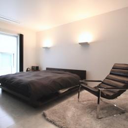 真っ黒な外観とは対照的な真っ白の内観の新築住宅【BLACK BOX HOUSE】 (寝室)