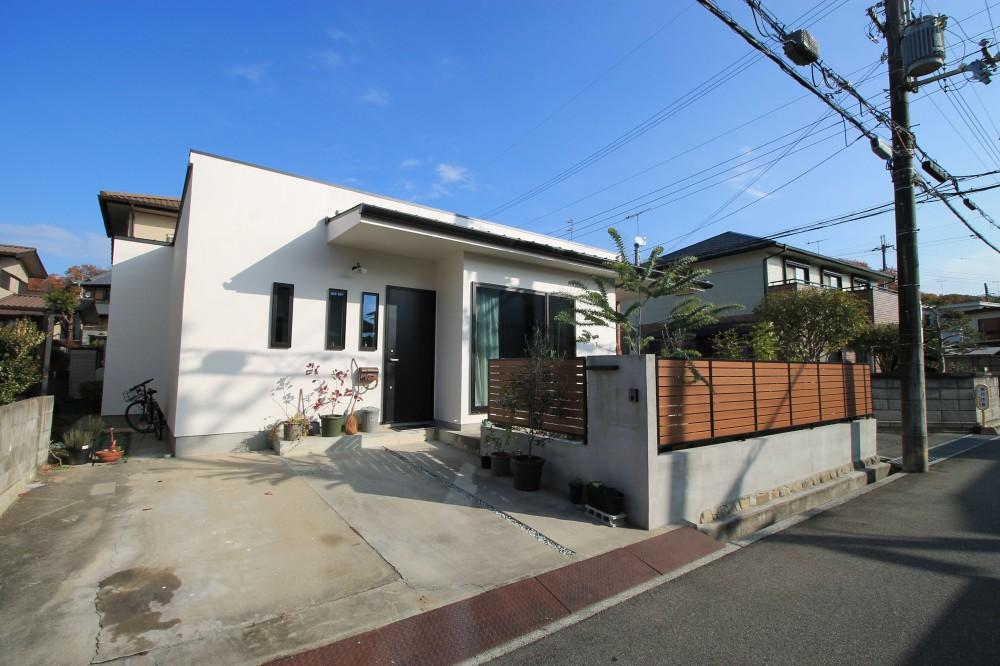 外観 (2階建てから平屋へ 大きく減築した戸建てリノベーション 【FLAT HOUSE】)