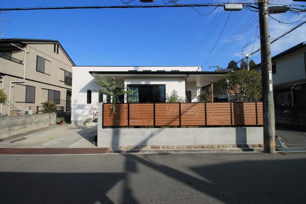 2階建てから平屋へ 大きく減築した戸建てリノベーション 【FLAT HOUSE】 (外観)