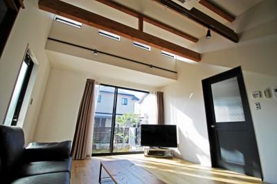 リビング (2階建てから平屋へ 大きく減築した戸建てリノベーション 【FLAT HOUSE】)