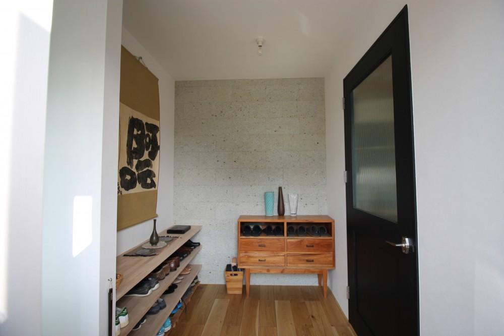 2階建てから平屋へ 大きく減築した戸建てリノベーション 【FLAT HOUSE】 (玄関ホール)