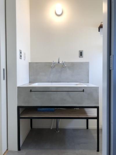 2階建てから平屋へ 大きく減築した戸建てリノベーション 【FLAT HOUSE】 (洗面室)
