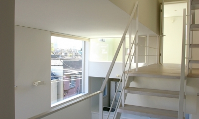 I邸 / 断面操作でスキマをつくり広がりと光を得る (階段、吹き抜け)