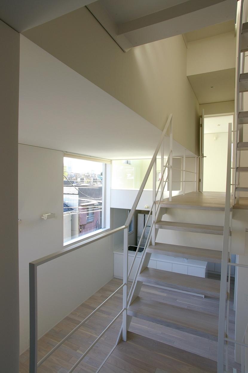I邸 / 断面操作でスキマをつくり広がりと光を得るの写真 階段、吹き抜け