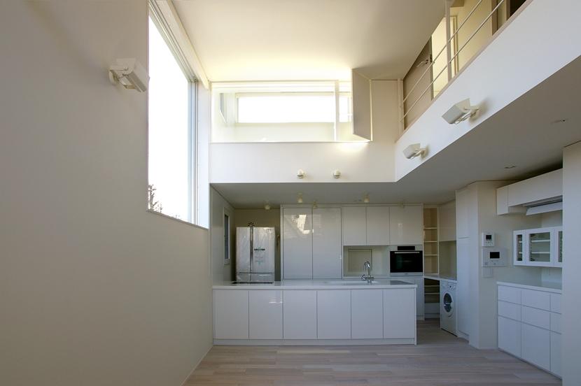 I邸 / 断面操作でスキマをつくり広がりと光を得るの写真 リビングダイニングキッチン