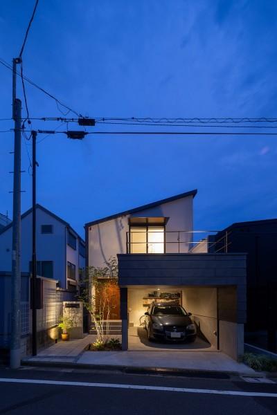 目黒の家〜天空光を取り込む家〜 (奥行きのある外観ライトアップ)