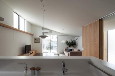 二階リビング-キッチンからの景色 (目黒の家〜天空光を取り込む家〜)