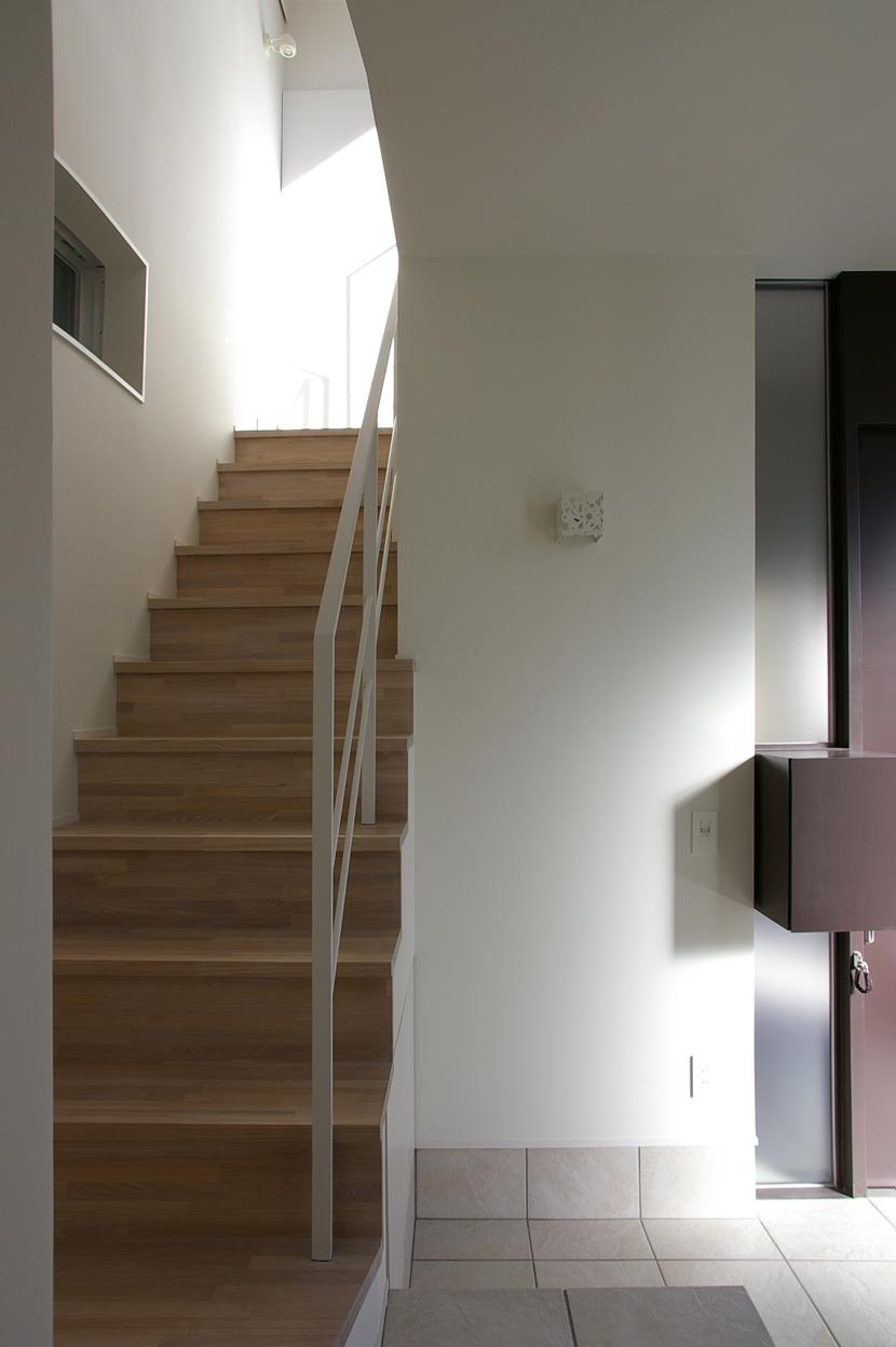 I邸 / 断面操作でスキマをつくり広がりと光を得るの写真 玄関アプローチ
