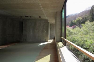 高尾山口の家 (腰をかけらる窓のある和室)