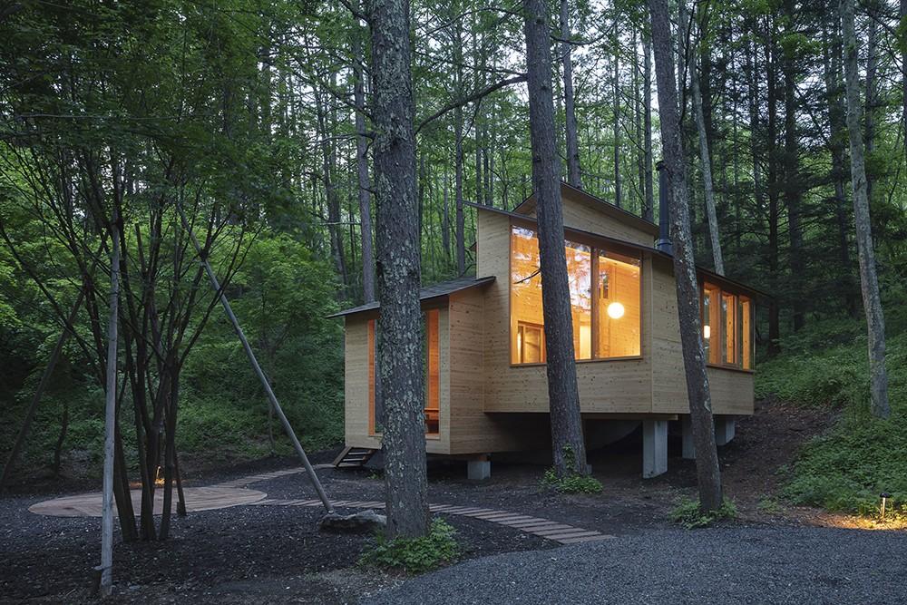 森の小屋/とっておきの時間を過ごすための小さな居場所 (外観夕景)