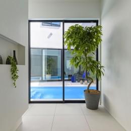 プールサイドの家 (玄関)