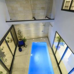 プールサイドの家 (中庭)