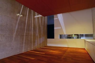東北沢の住宅 / リビングに木の箱が浮遊する (リビング)