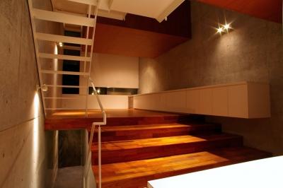 東北沢の住宅 / リビングに木の箱が浮遊する (リビングダイニング)