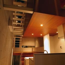 東北沢の住宅 / リビングに木の箱が浮遊する (リビングダイニングキッチン)