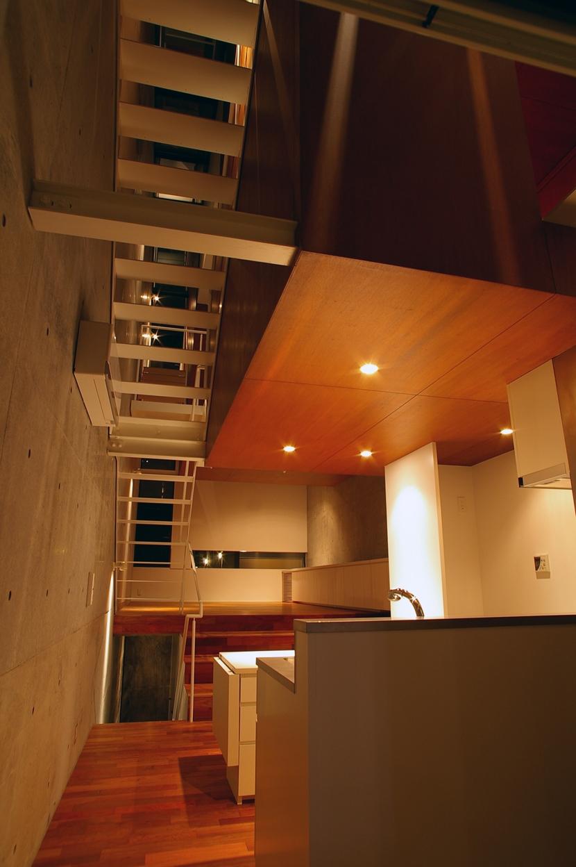 東北沢の住宅 / リビングに木の箱が浮遊するの写真 リビングダイニングキッチン