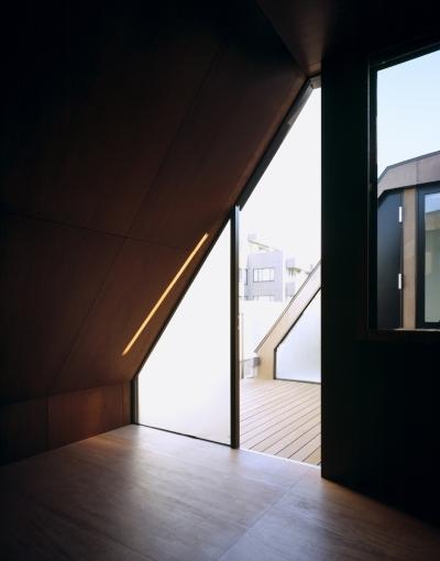 寝室、テラス (東北沢の住宅 / リビングに木の箱が浮遊する)