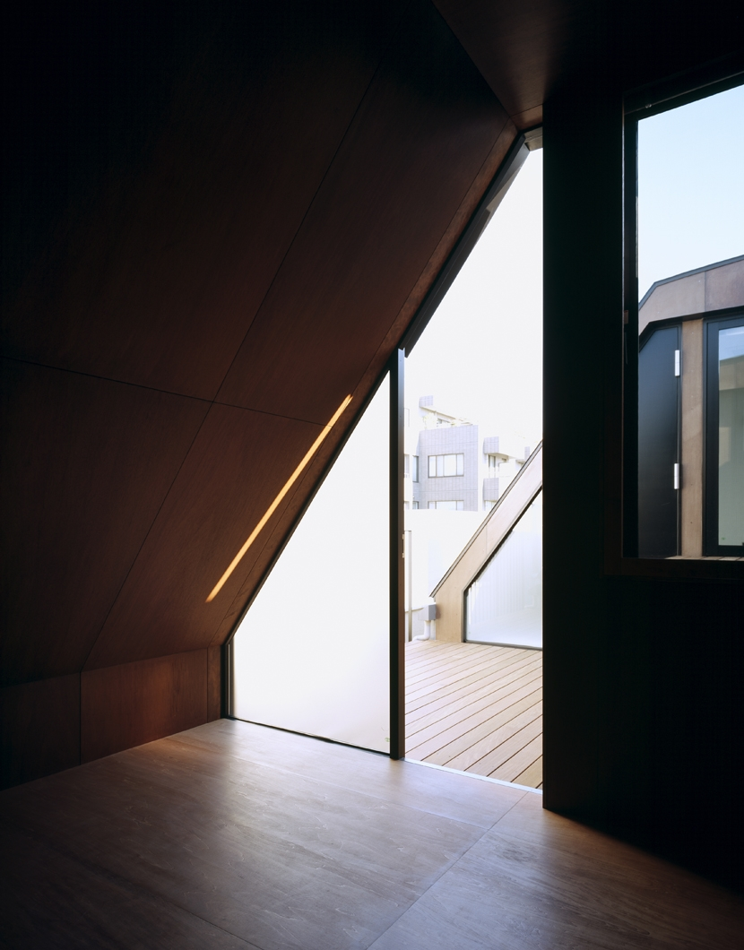 東北沢の住宅 / リビングに木の箱が浮遊するの写真 寝室、テラス
