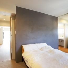 上質な質感に包まれた光と風・風景を楽しむ家 (寝室)