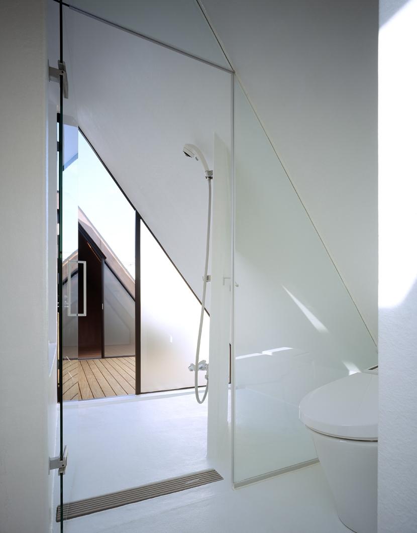 東北沢の住宅 / リビングに木の箱が浮遊するの写真 バス、テラス、寝室