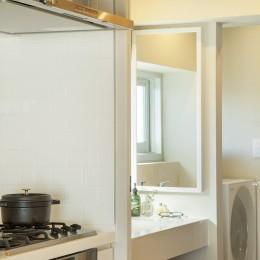 上質な質感に包まれた光と風・風景を楽しむ家 (キッチン・洗面)