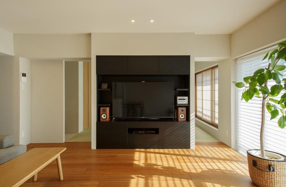 上質な質感に包まれた光と風・風景を楽しむ家 (リビング)