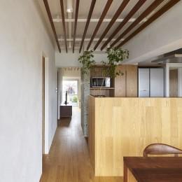 家族の在り方を考え、自然と導かれた家 (天井に配したルーバーが部屋を通り抜ける風の流れを表現)